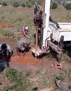 Continuano i lavori: realizzata la pavimentazione, perforazione per il pozzo e costruzione per le cisterne d'acqua. (agosto 2016)